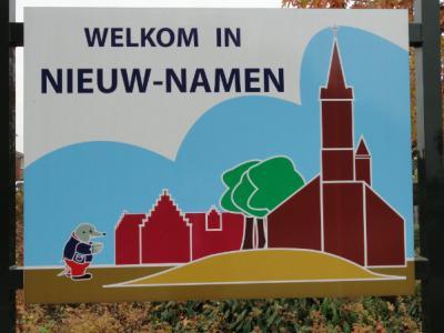 Bezoekers worden met dit mooie bord welkom geheten in het Zeeuws-Vlaamse grensdorp Nieuw-Namen