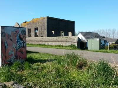 Nieuwe Schans, ruïne van het gemaal van de Rijkse Sluis, met links op de voorgrond een kleurig kunstwerk als onderdeel van een kunstroute