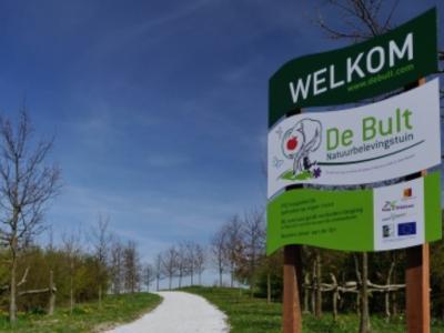 Vrijwilligers uit Nieuwe Wetering hebben onder het motto 'Maak van de nood een deugd' en 'Natuurbeleving in en om het dorp' in 2014 een strook grond tussen de Hogesnelheidslijn (HSL) en het dorp omgetoverd tot Natuurbelevingstuin De Bult.