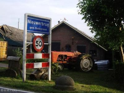 Nieuwerbrug is een bijzonder dorp. O.a. omdat het tot 1964 onder vier gemeenten viel, zie daarvoor de hoofdstukken Status en Geschiedenis.