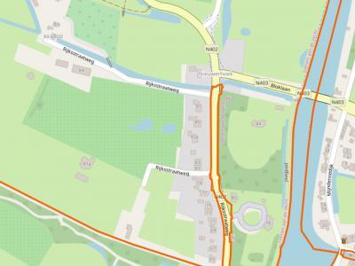 Op deze kaart staat precies de complete buurtschap Nieuwerhoek (= het deel W van de Vecht). Goed te zien is dat het het meest Z deel van het dorpsgebied van Loenen is; Z van de rode lijn begint het dorpsgebied van Nieuwersluis. (© www.openstreetmap.org)