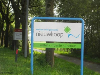 Nieuwkoop is een dorp en gemeente in de provincie Zuid-Holland, in de regio's Holland Rijnland en Groene Hart. Met dit mooie bord word je er gastvrij welkom geheten.