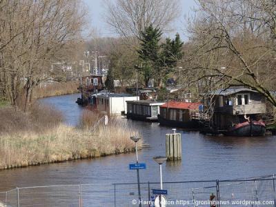 Woonarken en -schepen op het Boterdiep bij Noorderhoogebrug.