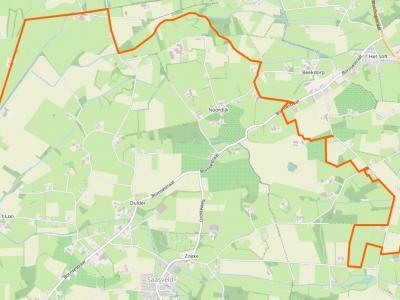 Buurtschap Noordijk ligt in het NO van het dorpsgebied van Saasveld (de oranje lijn is de grens van het dorpsgebied). (© www.openstreetmap.org)