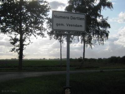 Aan de Ommelanderwijk kwamen dertien zijkanaaltjes om de turf te kunnen afvoeren. Aan de dertiende groeide een nederzetting. En hoe zullen we die nou eens noemen, zo vroeg men zich destijds af. Nou gewoon, Numero Dertien natuurlijk!
