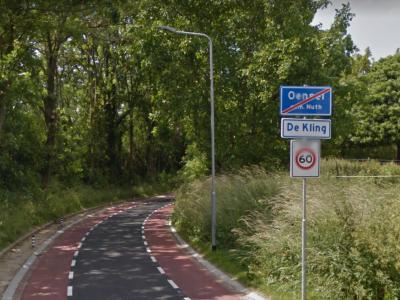 Waar je buurtschap Oensel verlaat aan de weg De Kling, kom je tegenwoordig, blijkens de plaatsnaamborden, buurtschap De Kling binnen. Vanouds maakte die bebouwing deel uit van buurtschap Oensel. Aan het eind van deze weg ligt de Oenselderhof. © Google