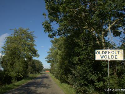 Oldeholtwolde is een klein dorp en ook nog zodanig verspreid bebouwd dat het geen 'bebouwde kom' heeft. Daarom heeft het dorpje witte plaatsnaamborden en geen blauwe.