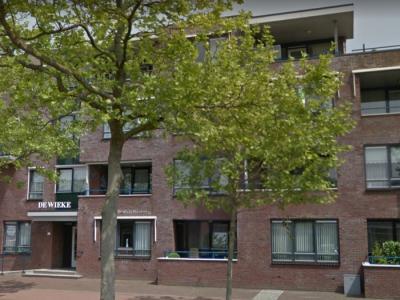Het Groningse dorp Ommelanderwijk is in de regio bekend onder de naam De Wieke. Dat is ook de naam van dit in 2005 gerealiseerde appartementencomplex, op de plek van het in 2001 afgebrande Hotel Spelde. (© Google)