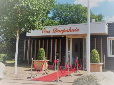 In het kleine maar fijne dorp Onna bij Steenwijk heet het dorpshuis gewoon Ons Dorpshuis. Je bent er van harte welkom om deel te nemen aan een van de vele activiteiten of om gewoon eens een bakje te doen. De rode loper ligt al voor je uit!