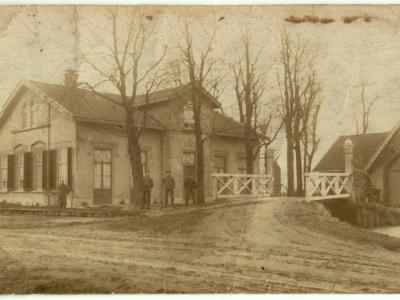 Een zeer oude ansichtkaart (ca. 1900?) van een zeer markant pand in buurtschap Oostbuurt onder het dorp De Lier. Weet iemand wat voor pand dit is/was en of het er nog staat? (© http://gerooide.com)