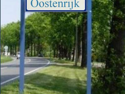 Dit ontbreekt dus helaas nog: een plaatsnaambord Oostenrijk, waarmee je op de foto kunt, zodat je aan je relaties kunt laten zien dat je in Oostenrijk bent geweest, zonder het land uit te zijn geweest. Zou leuk zijn toch? (montage en ©: Jan Dijkstra)
