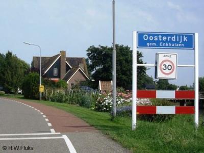 De buurtschap Oosterdijk omvat slechts ca. 30 huizen, maar die staan wel redelijk compact bij elkaar, vandaar dat de buurtschap toch een eigen 'bebouwde kom' heeft, met blauwe plaatsnaamborden en 30 km-zone.
