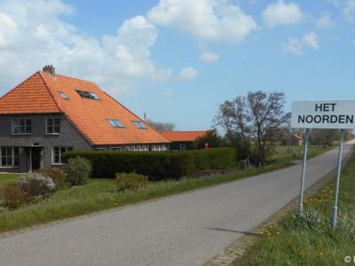 Hoeve Primarium aan de Schorrenweg, in het uiterste Z van de Texelse polder en buurtschap Het Noorden