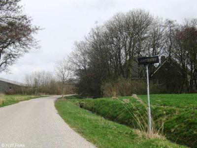 Eenvoudige, maar fraaie plaatsnaambordjes bij buurtschap Oosterhörn, N van het dorp Hornhuizen. Bijna de hele buurtschap staat op de foto, want deze omvat slechts twee woonhuizen en nog een ongenummerd gebouw.