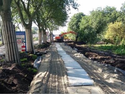 De Ossenzijlerweg, N van Ossenzijl, is in 2015 heringericht om de weg o.a. verkeersveiliger te maken. De fa. Roelofs heeft in dat kader een fietspad ontworpen dat qua fundering is geoptimaliseerd voor de weke veenondergrond. (© www.roelofsgroep.nl)