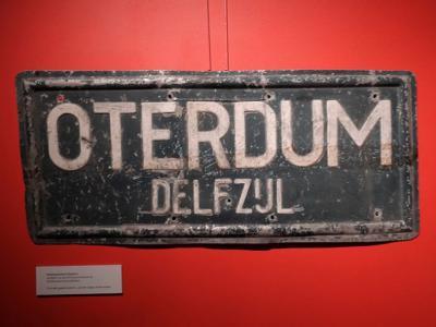 Plaatsnaambord van het verdwenen dorp Oterdum, geëxposeerd tijdens de tentoonstelling over de 3 verdwenen dorpen van Delfzijl in het Muzeeaquarium in 2019. (© Harry Perton/https://groninganus.wordpress.com/2019/06/08/delfzijl-rodeschool)