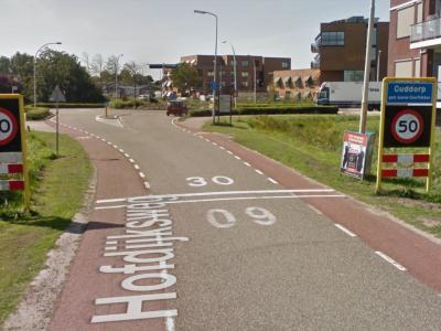 Wij hebben geen idee wat de gemeente bedoelt met al die snelheden en belijningen, als je hier over de Hofdijksweg de bebouwde kom van het dorp Ouddorp binnenkomt. Voor creatieve ideeën hierover zie het hoofdstuk Beeld. (© Google Street View)
