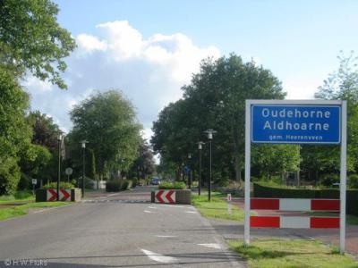 Oudehorne en buurdorp Nieuwehorne worden in de praktijk als tweelingdorp Oude- en Nieuwehorne beschouwd. Maar formeel zijn het nog aparte dorpen met een eigen postcode en plaatsnaam en eigen plaatsnaamborden.