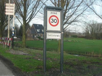 Dit bord is waarschijnlijk/hopelijk niet bedoeld als plaatsnaambord, maar als straatnaambord; immers, de buurtschap heet Over-Diemen, de weg waaraan deze ligt heet Overdiemerweg. (© H.W. Fluks, foto van begin 2013)