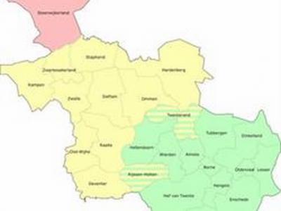 Kaart van de vandaag de dag meest gangbare indeling van de provincie Overijssel in regio's; roze is Steenwijkerland/Kop van Overijssel, geel is Salland, groen is Twente (met twee gearceerde gemeenten die geografisch gezien half in Salland liggen).