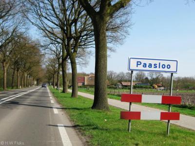 Het dorp Paasloo is kennelijk dusdanig dunbebouwd dat het geen bebouwde kom heeft en daarom witte plaatsnaamborden heeft i.p.v. blauwe (met 60 km-zone). In het dorpskerntje aan de Binnenweg is wel sprake van een 30 km-zone.