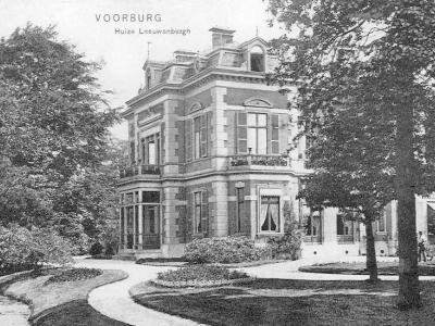 De buurtschap Park Leeuwenbergh is genoemd naar de gelijknamige buitenplaats die hier in de 17e eeuw is gesticht. Dit is een ansichtkaart van Huize Leeuwenbergh anno 1907. De plaatsnaam klopt niet: het lag bíj Voorburg, maar viel onder Stompwijk.