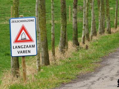 De kleine buurtschap Pean is vooral bekend van de gelijknamige zeilschool. Aan het begin van hun oprijlaan staat een bord dat je de 'zeilschoolzone' betreedt en verzoeken ze je langzaam te 'varen'. (© https://afanja.com)