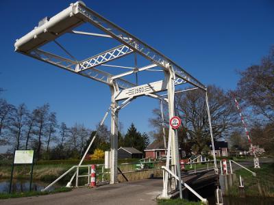 Buurtschap Peebos heeft één rijksmonument: de ophaalbrug uit 1930 over de Doezumertocht (© https://groninganus.wordpress.com)