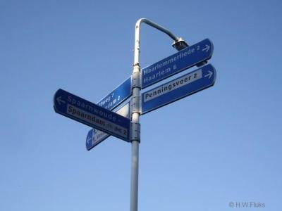 De buurtschap Penningsveer moet plaatsnaamborden ontberen. In de omgeving staat het wel op richtingborden aangegeven, zij het foutief: zwart op wit suggereert een wijk i.p.v. een buurtschap. Dit hoort wit op blauw te zijn.
