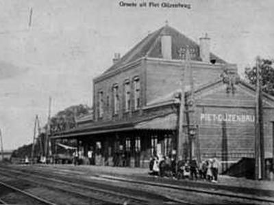 De buurtschap Piet Gijzenbrug had een station aan de spoorlijn Haarlem-Leiden. In 1926 is de naam van het station gewijzigd in Noordwijkerhout, welke plaats natuurlijk veel bekender is. Het fraaie stationsgebouw is helaas in 1964 afgebroken.