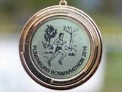 De bikkels die de Pijnenburg Bosmarathon uitlopen, door de bossen van Laag Hees, W van buurtschap Wieksloot, kunnen als beloning deze mooie medaille aan hun prijzenkast toevoegen. (© Jaap van den Broek/www.flickr.com/photos/jaapvandenbroek)