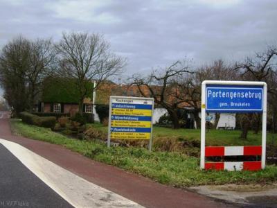 Portengensebrug hoort volgens de officiële blauwe plaatsnaamborden (komborden) kennelijk als één woord te worden geschreven. Toch komt de spelling Portengense Brug ook nog veel voor.