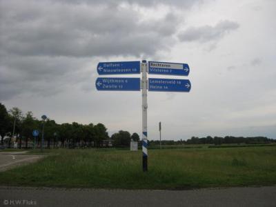 De buurtschap Rechteren heeft geen plaatsnaamborden, alleen richtingbordjes in de omgeving. Een is er wit op blauw, zoals het hoort, deze is zwart op wit, en dat is niet goed, dat hoort alleen voor wijken en bedrijventerreinen.