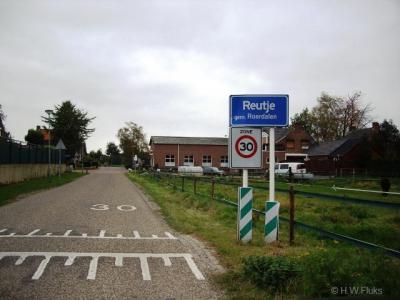 De meeste buurtschappen zijn lintbebouwingen buiten de bebouwde kom. Reutje heeft een kern en is een eigen bebouwde kom met daarom blauwe plaatsnaamborden ('komborden'). Voor de postadressen ligt Reutje 'in' Sint Odiliënberg.