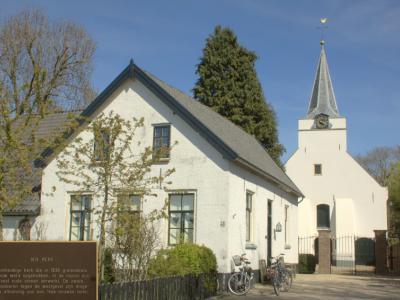 Het kleine dorp Rhenoy heeft slechts 2 rijksmonumenten. Een daarvan is de Hervormde (PKN) kerk. De pastorie staat ernaast. (© Jan Dijkstra, Houten)