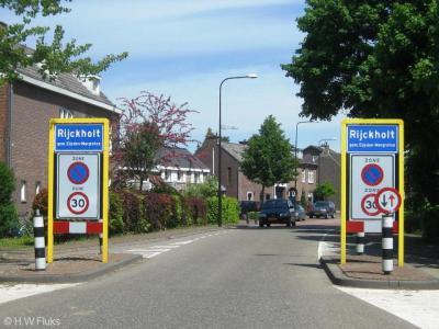 Rijckholt is een dorp met alles erop en eraan: kerk, kern, kasteel, bebouwde kom. Maar in het postcodeboek zijn ze het dorp destijds vergeten een eigen postcode te geven, daarom ligt het voor de postadressen zogenaamd 'in' Gronsveld.