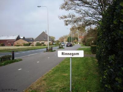 In augustus 2017 staat dit plaatsnaambordje bij de buurtschap Rinnegom. (© H.W. Fluks)