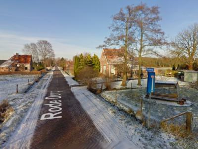 Buurtschap Rode Dorp heeft geen plaatsnaambord, je kunt dus slechts aan het gelijknamige straatnaambordje - het is er maar één omdat het een doodlopende weg is - zien dat je in de buurtschap bent aangekomen. (© Google)