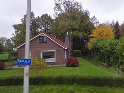 De buurtschap Rollecate heeft geen plaatsnaamborden, zodat je slechts aan de gelijknamige straatnaambordjes kunt zien dat je er bent aangekomen (© Google)