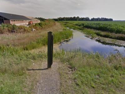 Buurtschap Rolpaal bij Haulerwijk heeft geen plaatsnaambordjes, zodat je alleen aan de gelijknamige straatnaambordjes kunt zien dat je er bent aangekomen. Én aan deze replica van de rolpaal die hier vroeger in functie is geweest. (© Google)