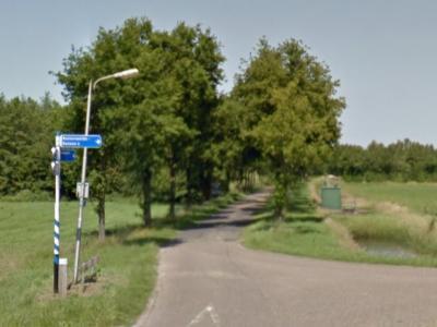 Ook bij Ruinerweide, zoals bij vele andere buurtschappen, wel een richtingbord, zodat je wel weet waar je heen moet, maar ter plekke helaas geen plaatsnaamborden (© Google)