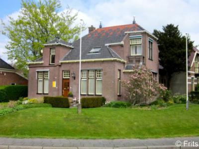 Sauwerd, in het voormalige raadhuis van de gemeente Adorp is tegenwoordig een schoonheidssalon gevestigd