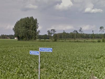 Buurtschap Schaapsbrug heeft, zoals helaas de meeste buurtschappen in deze regio, geen plaatsnaamborden, zoals je alleen aan de gelijknamige straatnaambordjes kunt zien dat en wanneer je de buurtschap binnenkomt en weer verlaat. (© Google StreetView)