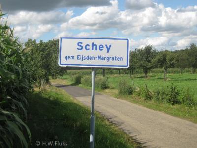 Schey werd vroeger ook als Scheij en Schei gespeld, maar sinds de in 2012 geplaatste plaatsnaamborden weten we zeker hoe de huidige spelling luidt: Schey dus. Ook de straat ter plekke heet nu zo.