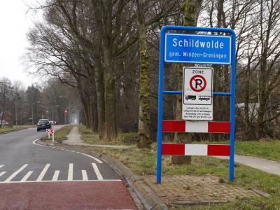 De nieuwe gemeente Midden-Groningen moest i.v.m. de nieuwe gemeentenaam vele tientallen plaatsnaamborden vervangen bij haar 24 dorpen. Dit bord van Schildwolde is het eerste nieuwe bord dat wij tegenkwamen (feb. 2018). (© H.W. Fluks)