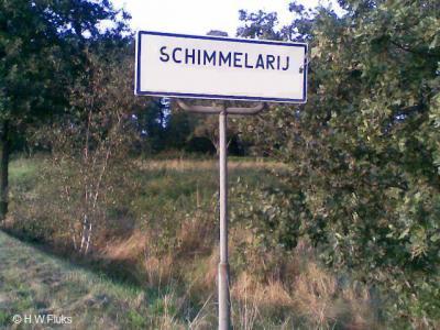 De huidige spellingen van onze plaatsnamen komen doorgaans welbewust en doordacht tot stand. Maar soms is het ook n.a.v. een schrijf- of drukfout. Schimmelderij, later Schimmelerij is door een 'drukfout' op het plaatsnaambord tegenwoordig Schimmelarij...