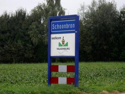De buurtschap Schoonbron heeft gezien de blauwe plaatsnaamborden een eigen bebouwde kom. Geografisch gezien is het echter, gezien het feit dat het aan Schin op Geul is vastgegroeid, evenals Strucht, te beschouwen als wijk van Schin op Geul. (© H.W. Fluks)
