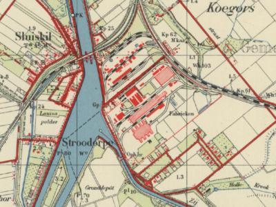 Op deze kaart uit ca. 1960 zien we Sluiskil en Stroodorpe nog als twee los van elkaar gelegen kernen liggen. Stroodorpe ligt dan nog in het N puntje van de gem. Westdorpe, Sluiskil is gem. Terneuzen. In 1970 is Stroodorpe aan de gem. Terneuzen toegevoegd.