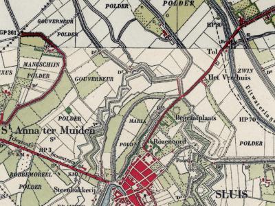 NO van Sluis ligt de buurtschap Sluisse Veer, naar het vroegere voetveer over het Zwin. Nu ligt er een brug over het in 1874 gereedgekomen Uitwateringskanaal. Er was ook een veerhuis en een tol. (© Kadaster)