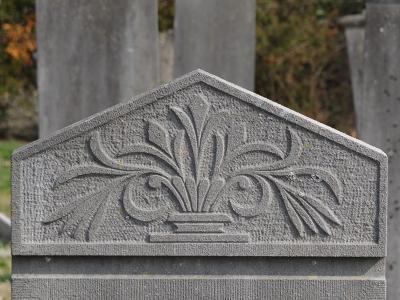 Spijkerboor, fragment van grafzerk op begraafplaats Annerveen (© Harry Perton/https://groninganus.wordpress.com)